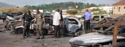 Autowracks vor dem Polizei-Hauptquartier in Abuja nach dem Anschlag von Boko Haram am 16. Juni 2011.