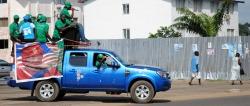 Anhänger von Präsidentin Ellen Johnson-Sirleaf fahren in einem geschmückten Auto durchdie Straßen